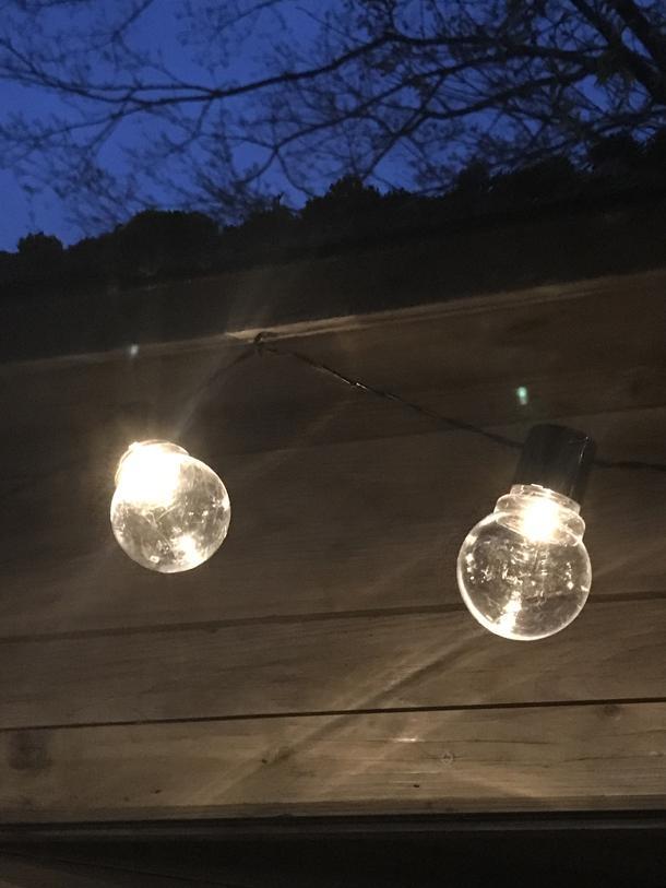 het verlichtingssnoer heeft 20 spotjes met led lampen en de totale lengte van het snoer is 5 meter het snoer werkt op drie 15v aa batterijen en er zitten